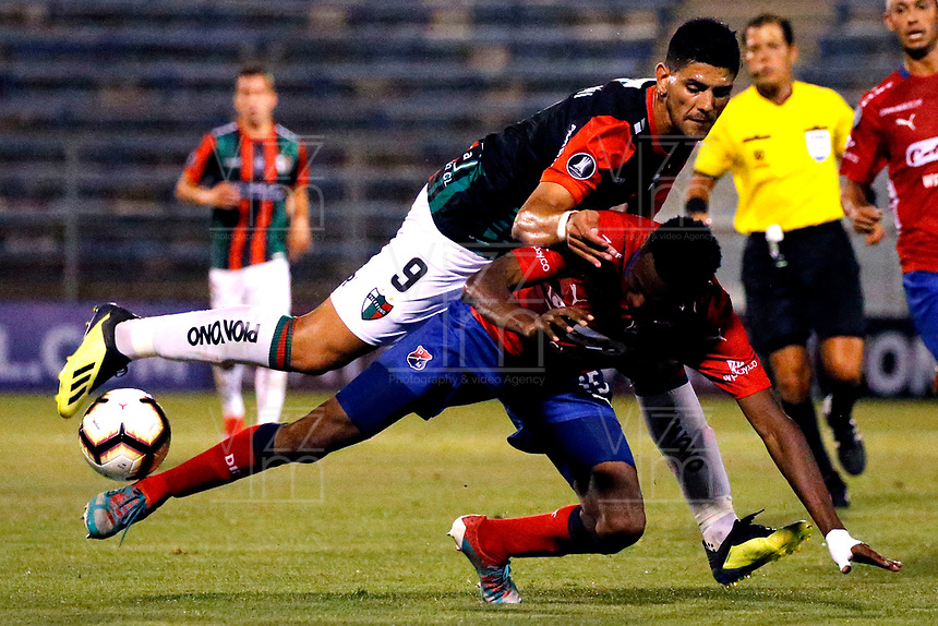 SANTIAGO DE CHILE - CHILE: 06-02-2019: Lucas Pusserini de Club Deportivo Palestino (CHL) disputa el balón con Héctor Urrego de Deportivo Independiente Medellín (COL), durante partido de la Segunda fase, llave 4, entre Club Deportivo Palestino (CHL) y Deportivo Independiente Medellín (COL), por la Copa Conmebol Libertadores 2019 en el estadio San Carlos de Apoquindio, de la ciudad de Santiago de Chile. / Lucas Pusserini of Club Deportivo Palestino (CHL), vies for the ball with Hector Urrego of Deportivo Independiente Medellin (COL), during a match between Club Deportivo Palestino (CHL) and Deportivo Independiente Medellin of the second phase, key 4, for Copa Conmebol Libertadores 2019 at the San Carlos de Apoquindio Stadium, in the city of Santiago de Chile. Photos: VizzorImage / Andrés Piña / Cont. / Photosport