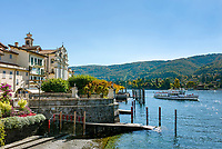 Italy, Piedmont, near Stresa: Isola Bella, one of the five Borromean Islands (Isole Borromee) of lake Lago Maggiore, west banks with church and landing piers for sightseeing boats | Italien, Piemont, bei Stresa: Isola Bella, eine der fuenf Borromaeischen Inseln im Lago Maggiore, Westufer mit Kirche und den Anlegestellen der Ausflugsschiffe
