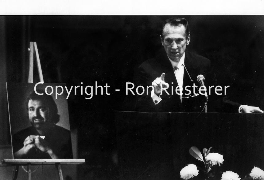 Oakland Raider owner Al Davis speaking at the memorial of former Raider John Matuszak in 1989.<br />(photo by Ron Riesterer).