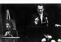 Oakland Raider owner Al Davis speaking at the memorial of former Raider John Matuszak in 1989.<br />