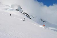 Heli-Skiing is not suited to beginner level skiers, and it's not the place to start skiing again after several years of inaction. Heliski at CMH Canadian Mountain Holidays Bugaboos lodge Canada. / Les skieurs  débutants auront par contre, quelques difficultées  si la neige n'est pas parfaite. Cela ne veut pas dire que l'héliski  leur est interdit, car les guides proposent également  des sessions d'initiation au ski en neige profonde.