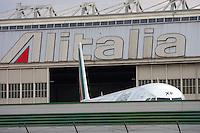Un aereo dell'Alitalia all'aeroporto Leonardo da Vinci di Roma