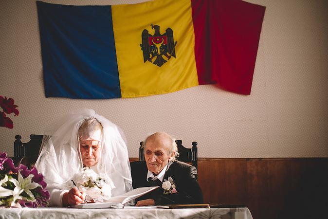 Nadejda and Petru Cerva aus dem Dorf Frasin feiern ihren 50. Hochzeitstag. /<br />Nadejda and Petru Cerva from Frasin village celebrating their Golden Wedding anniversary.