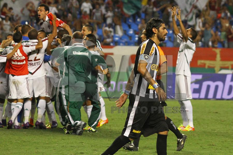 RIO DE JANEIRO, RJ, 23 DE FEVEREIRO 2012 - CAMPEONATO CARIOCA - SEMIFINAL - TAÇA GUANABARA - BOTAFOGO X FLUMINENSE - Jogadores do Fluminense comemoram a classificação, enquanto Loco Abreu lamenta o pênalti perdido, durante partida entre Botafogo x Fluminense, pela semifinal da Taça Guanabara, no estádio Engenhão, na cidade do Rio de Janeiro, nesta quinta-feira, 23. FOTO: BRUNO TURANO – BRAZIL PHOTO PRESS jogador do Botafogo, durante partida contra o Fluminense, pela semifinal da Taça Guanabara, no estádio Engenhão, na cidade do Rio de Janeiro, nesta quinta-feira, 23. FOTO: BRUNO TURANO – BRAZIL PHOTO PRESS