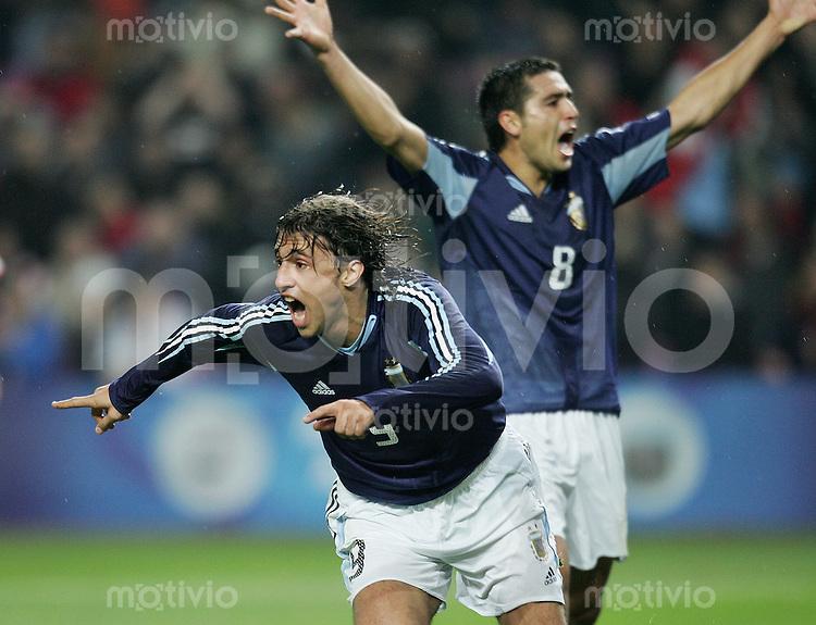 Fussball International Testspiel England 3-2 Argentinien JUBEL ARG, Hernan Crespo (mitte) und Juan Ramon Riquelme (hinten)