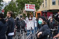"""Trotz Corona-Versammlungseinschraenkung gingen am 1. Mai 2020 in Berlin 3.000 Menschen in Berlin-Kreuzberg auf die Strasse. Sie protestierten u.a. fuer die Aufnahme von Gefluechteten aus den ueberfuellten griechischen Fluechtlingslagern und die Unterstuetzung von Automobilkonzernen wegen der Corona-Krise.<br /> Im Bild: Eine Person haelt einen Pappkarton mit der Aufschrift """"No Natiob No Border"""".<br /> 1.5.2020, Berlin<br /> Copyright: Christian-Ditsch.de<br /> [NUR FUER REDAKTIONELLE ZWECKE! Werbung nur auf Anfrage beim Fotografen. Inhaltsveraendernde Manipulation des Fotos nur nach ausdruecklicher Genehmigung des Fotografen. Vereinbarungen ueber Abtretung von Persoenlichkeitsrechten/Model Release der abgebildeten Person/Personen liegen nicht vor. NO MODEL RELEASE! Don't publish without copyright Christian-Ditsch.de, Veroeffentlichung nur mit Fotografennennung, sowie gegen Honorar, MwSt. und Beleg. Konto: I N G - D i B a, IBAN DE58500105175400192269, BIC INGDDEFFXXX, Kontakt: post@christian-ditsch.de<br /> Bei der Bearbeitung der Dateiinformationen darf die Urheberkennzeichnung in den EXIF- und  IPTC-Daten nicht entfernt werden, diese sind in digitalen Medien nach §95c UrhG rechtlich geschuetzt. Der Urhebervermerk wird gemaess §13 UrhG verlangt.]"""