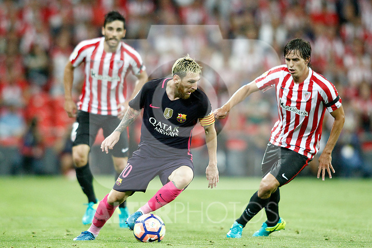 Athletic de Bilbao's Eneko Boveda (l) and Ander Iturraspe (r) and FC Barcelona's Leo Messi during La Liga match. August 28,2016. (ALTERPHOTOS/Acero)