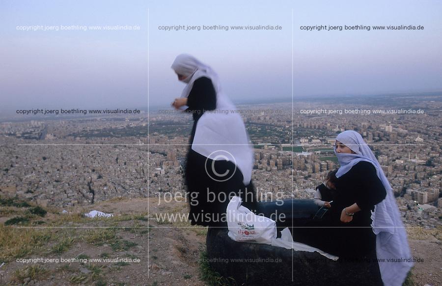 SYRIA, Damascus, druze women on mountain Dschabal Qasyun , the Druze faith is a monotheistic and Abrahamic religion / SYRIEN Damaskus, Frauen der drusischen Religionsgemeinschaft auf dem Berg Dschabal Qasyun