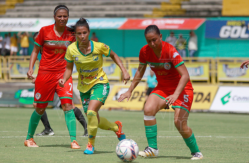 NEIVA, COLOMBIA, 03-06-2017: Mercedes Pereyra (C) del Atlético Huila disputa el balón con Daniela Ruiz (Izq) y Camila Agudelo (Der) del Cortulua durante partido de ida por la semifinal de la Liga Femenina Águila 2017 jugado en el estadio Guillermo Plazas Alcid de la ciudad de Neiva. / Mercedes Pereyra (C) player of Atletico Huila fights for the ball with Daniela Ruiz (L) and Camila Agudelo (R) player of Cortulua during first leg match for the semifinal of the Aguila Women League 2017 played at Guillermo Plazas Alcid in Neiva city. VizzorImage / Sergio Reyes / Cont