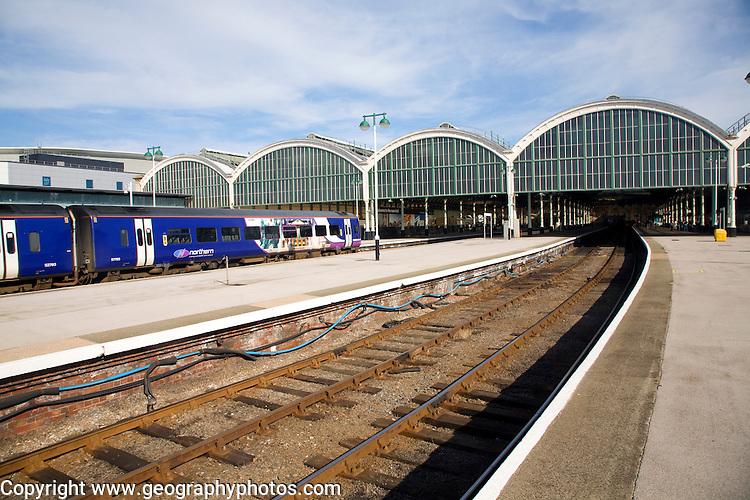 Train and platforms at Paragon railway station, Hull, Yorkshire, England