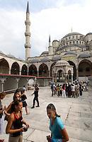 Türkei, Hof der Sultanahmet Moschee in Istanbul = Sultanahmet Camii = Blaue Moschee, erbaut 1609-1615 von Mehmet Aga, ein Schüler von Sinan , UNESCO-Weltkulturerbe