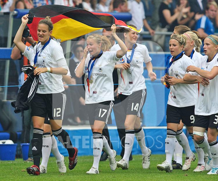 01.08.2010, , Bielefeld, GER, FIFA U-20 Frauen Worldcup, Deutschland vg Nigeria, im Bild Emotionen pur!, Desiree SCHUMANN (FFC Turbine Potsdam #11), Turid KNAAK (FCR Duisburg #17), Inka WESELY (FFC Turbine Potsdam 14), Svenja HUTH (FFC Frankfurt #9) und Tabea KEMME (FFC Turbine Potsdam #3) auf der Ehrenrunde, Foto © nph / Roth