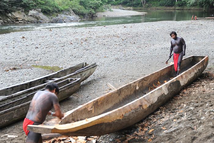 Indígenas emberá / comunidad indígena emberá, Panamá.<br /> <br /> Indígenas construyendo una canoa.