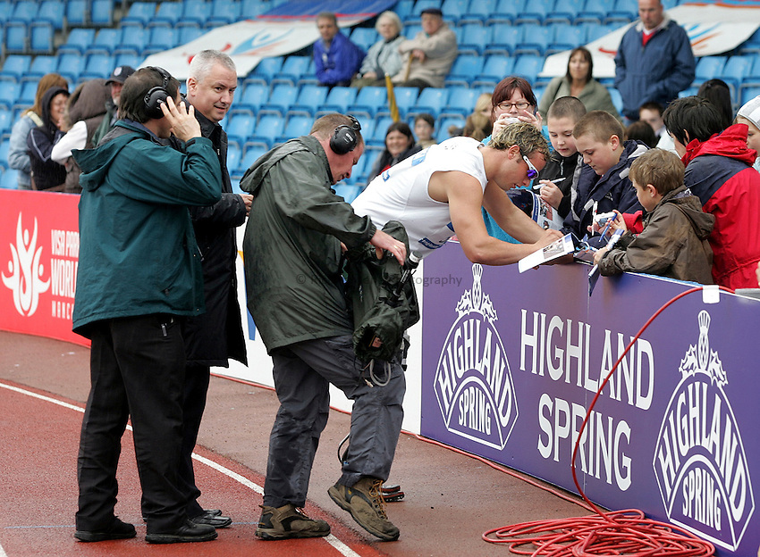 Photo: Paul Thomas..VISA Paralympic World Cup 2007. Athletics. 13/05/2007...Oscar Pristorius of South Africa signs autographs.