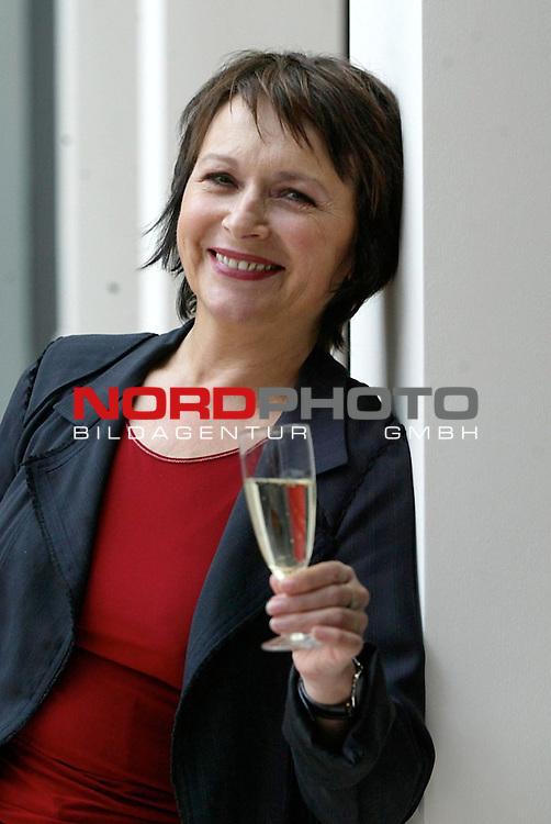 Pressetermin zur Sendung &quot;Zwei bei Kallwass&quot; auf SAT1 mit Angelika Kallwass<br /> Foto &copy; nordphoto / Anja Heinemann<br />  *** Local Caption *** Foto ist honorarpflichtig! zzgl. gesetzl. MwSt.<br />  Belegexemplar erforderlich<br /> Adresse: nordphoto<br /> Georg-Reinke-Strasse 1<br /> 49377 Vechta