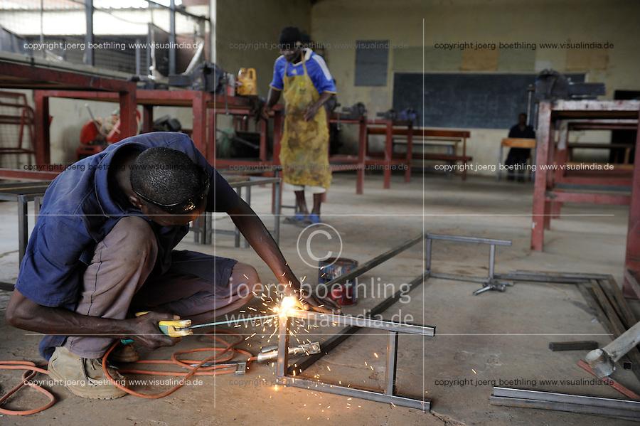 KENIA Turkana Region, refugee camp Kakuma, vocational training, metal workshop, Hassan Mohamed, 35 years, from Somalia / Fluechtlingslager Kakuma, Berufsausbildung fuer Fluechtlinge, Metallbau und Schlosserei