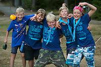 20140805 Vilda-l&auml;ger p&aring; Kragen&auml;s. Foto f&ouml;r Scoutshop.se<br /> gruppfoto fem killar h&auml;nger gr&auml;smatta k&aring;sor shorts