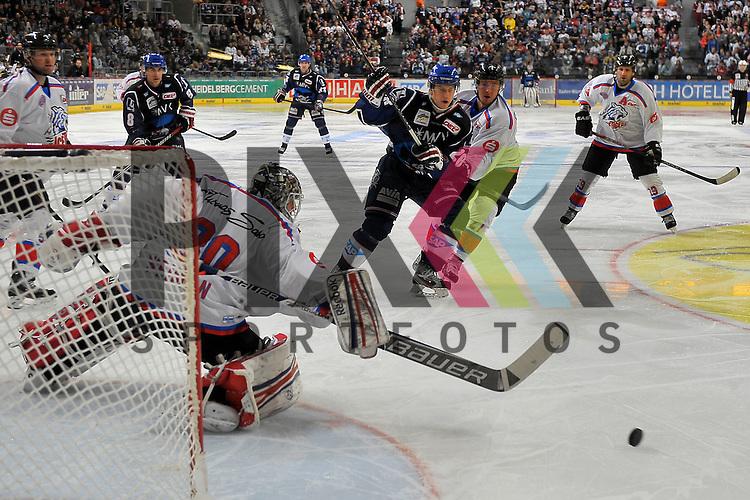 Mannheims Frank Mauer (Nr.28) gegen Nuernbergs Tim Schuele (Nr.27) vor dem Tor von Nuernbergs Tyler Weiman (Nr.30)  beim Spiel in der DEL, Adler Mannheim - Nuernberg Ice Tigers.<br /> <br /> Foto &copy; Ice-Hockey-Picture-24 *** Foto ist honorarpflichtig! *** Auf Anfrage in hoeherer Qualitaet/Aufloesung. Belegexemplar erbeten. Veroeffentlichung ausschliesslich fuer journalistisch-publizistische Zwecke. For editorial use only.