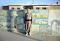 Irak 2000.Le directeur de l'école de Armotha.     Iraq 2000.The headmaster of Armotha in front the school