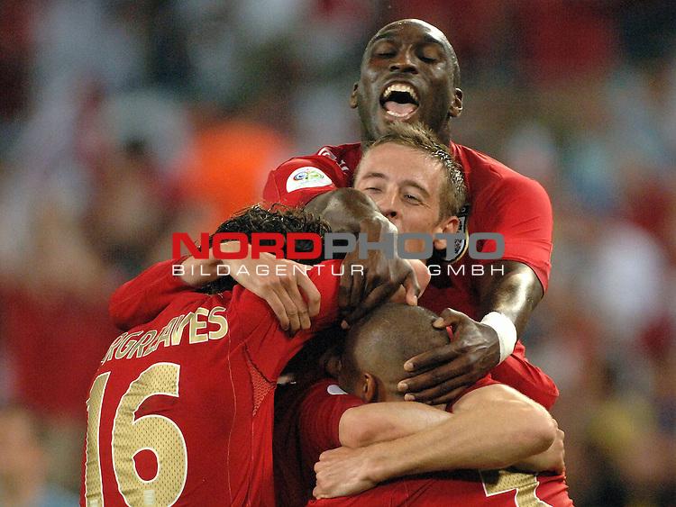 FIFA WM 2006 -  Gruppe B Vorrunde ( Group B )<br /> <br /> Play    #35 (20-Jun) - Schweden vs England <br /> <br /> <br /> <br /> Owen Hargraves (ENG),, Ashley Cole (ENG), Sol Campbell (ENG) erdr&cedil;cken den Torsch&cedil;tzen zum 1-2 Steven Gerrard (ENG), dennoch mussten die Engl&permil;nder den Ausgleich noch einstecken.<br /> <br /> .<br /> <br /> Foto &copy; nordphoto