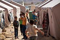 Tunisie Djiba Camp UNHCR de refugies libyens a la frontiere entre Tunisie et Libye ....Tunisia Djiba UNHCR refugees camp  Tunisian and Libyan border  Tunisia campo profughi di Djiba al confine tra tunisia e Libia  enfants jouent et miment un tir de fusil....bambini giocano e fingono di sparare con un fucile di legno