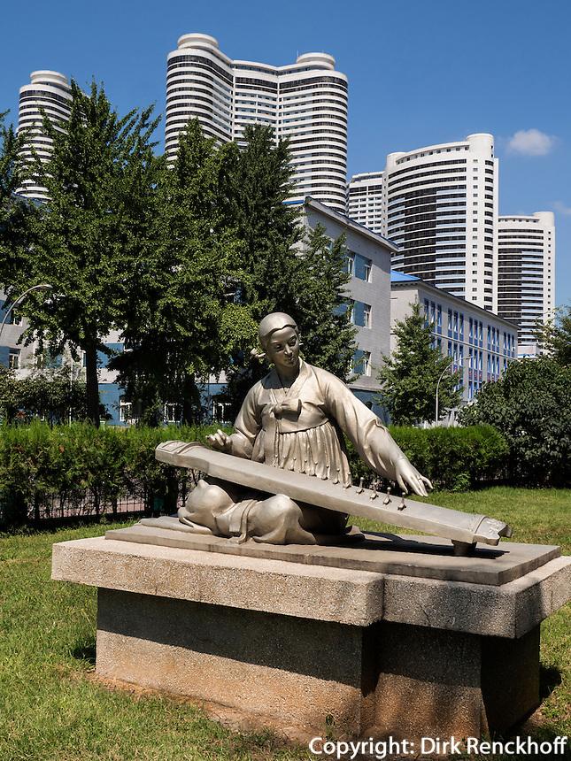 Statue beim Stadttor TaeDong Mun, Pyongyang, Nordkorea, Asien<br /> Statue near city gate TaeDongMun, Pyongyang,, North Korea, Asia
