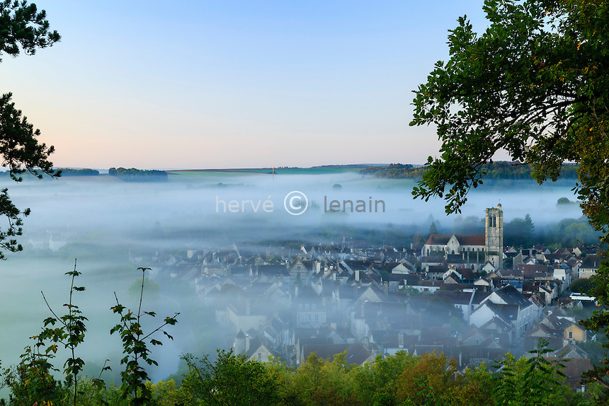 France, Yonne(89), Noyers-sur-Serein, ou Noyers, labellis&eacute; Les Plus Beaux Villages de France, le village et le Serein lau lever du soleil vu depuis le site de l'ancien ch&acirc;teau fort // France, Yonne, Noyers or Noyers sur Serein, labelled Les Plus Beaux Villages de France (The Most beautiful<br /> Villages of France)