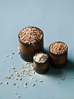 Europe/France/Provence-Alpes-Cote d'Azur/84/Vaucluse/Sault-en-Provence:  Petit épeautre du Pays de Sault, GAEC Chanu.<br /> Le petit épeautre   ou engrain est une espèce de céréale rustique du genre Triticum ou <br /> Le petit épeautre sous 3 formes: brut: le grain enrobé de sa balle, décortiqué:  le grain, la farine - Stylisme : Valérie LHOMME