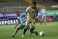 BOGOTÁ - COLOMBIA, 24-04-2019:Jesus Gonzalez (Izq.) jugador de La Equidad  disputa el balón con Johan Jimenez (Der.) jugador de Rionegro  durante partido por la fecha 17 de la Liga Águila I 2019 jugado en el estadio Metropolitano de Techo de la ciudad de Bogotá. /Jesus Gonzalez (L) player of La Equidad fights the ball  against of Johan Jimenez (R) player of Rionegro  during the match for the date 17 of the Liga Aguila I 2019 played at the Metropolitano de Techo  stadium in Bogota city. Photo: VizzorImage / Felipe Caicedo / Staff.