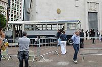 SÃO PAULO, SP, 25 DE SETEMBRO DE 2013 - SEMANA MOBILIDADE URBANA - Dois onibus, um antigo e um moderno, estão expostos na frente da sede da Prefeitura de São Paulo, região central. A exposição faz parate da Semana de Mobilidade Urbana. FOTO: ALEXANDRE MOREIRA / BRAZIL PHOTO PRESS