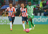 MEDELLÍN - COLOMBIA ,21-10-2018: Deiver Machado (Der.) jugador del Atlético Nacional disputa el balón con Jarlan Barrera (Izq.) jugador del Atlético Junior durante partido por la fecha 16 de la Liga Águila II 2018 jugado en el estadio Atanasio Girardot de la ciudad de Medellín. / Deiver Machado (R) player of Atletico Nacional fights for the ball with Jarlan Barrera (L) player of Atletico Junior  during the match for the date 16 of the Liga Aguila II 2018 played at the Atanasio Girardot  Stadium in Medellin  city. Photo: VizzorImage /León Monsalve / Contribuidor.