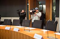 """Erste und konstituierende Sitzung des """"1. Untersuchungsausschuss"""" der 19. Legislaturperiode am Donnerstag den 1. Maerz 2018 des Deutschen Bundestag zur Aufklaerung des Terroranschlag durch den islamistischen Terroristen Anis Amri auf den Weihnachtsmarkt am Berliner Breitscheidplatz im Dezember 2016.<br /> Im Bild: Fernsehjournalisten im Sitzungssaal.<br /> 1.3.2018, Berlin<br /> Copyright: Christian-Ditsch.de<br /> [Inhaltsveraendernde Manipulation des Fotos nur nach ausdruecklicher Genehmigung des Fotografen. Vereinbarungen ueber Abtretung von Persoenlichkeitsrechten/Model Release der abgebildeten Person/Personen liegen nicht vor. NO MODEL RELEASE! Nur fuer Redaktionelle Zwecke. Don't publish without copyright Christian-Ditsch.de, Veroeffentlichung nur mit Fotografennennung, sowie gegen Honorar, MwSt. und Beleg. Konto: I N G - D i B a, IBAN DE58500105175400192269, BIC INGDDEFFXXX, Kontakt: post@christian-ditsch.de<br /> Bei der Bearbeitung der Dateiinformationen darf die Urheberkennzeichnung in den EXIF- und  IPTC-Daten nicht entfernt werden, diese sind in digitalen Medien nach §95c UrhG rechtlich geschuetzt. Der Urhebervermerk wird gemaess §13 UrhG verlangt.]"""