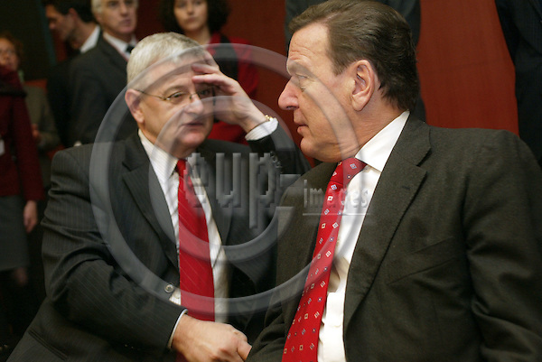 Belgium---Brussels---EU-Summit---italian presidency---Tour de Table/Round Table  16.10.2003.Joschka FISCHER, Foreign Minister , Germany and Gerhard SCHROEDER, Chancellor , Germany ;              . .PHOTO:  / ANNA-MARIA ROMANELLI / EUP-IMAGES
