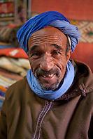 Morocco, High Atlas, Portrait of local man smiling | Marokko, Hoher Atlas, Portrait eines Einheimischen, laechelnd