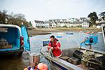 Gwen Pennarun, président d'une fédération de pêcheurs respectueux de l'environnement,range son matériel de pêche sur le port Sainte Marine (29)