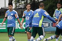 SAO PAULO, SP, 22 FEVEREIRO 2013 - TREINO PALMEIRAS-  Os jogadores Rondinelly (e), Valdivia(c) e Vinicius(d) durante treino na Academia de Futebol, na tarde desta sexta-feira(22), zona oeste da capital - A equipe se prepara para o duelo contra o União Barbarense, próximo domingo(24)  (FOTO: LOLA OLIVEIRA/ BRAZIL PHOTO PRESS).