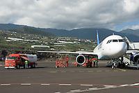 ESP, Spanien, Kanarische Inseln, La Palma, Aeroporto de La Palma, Condor Airbus A320 wird betankt | ESP, Spain, Canary Islands, La Palma, airport of La Palma,  Condor Airbus A320, fueling