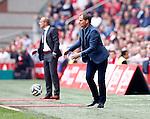 Nederland, Amsterdam, 30 maart 2014<br /> Eredivisie<br /> Seizoen 2013-2014<br /> Ajax-FC Twente<br /> Frank de Boer (r.), trainer-coach van Ajax in actie met bal. Links Alfred Schreuder, assistent-trainer van FC Twente.