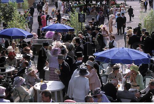 Royal Enclosure, Royal Ascot, Ladies Day 020620 Photo:Glyn Kirk/Action Plus...Horse Racing 2002.Venue venues course courses race.crowd crowds racegoers
