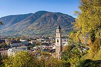 Italien, Suedtirol, Meran: Stadtansicht mit Pfarrkirche St. Nikolaus im Herbst   Italy, South Tyrol (Alto Adige-Trentino), Merano: city overview with parish church St. Nikolaus, autumn scene