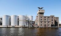 Bedrijven in Wormerveer langs rivier de Zaan. Rechts staat de voormalige Zeepziederij de Adelaar