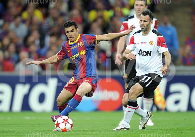 FUSSBALL      CHAMPIONSLEAGUE  FINALE     SAISON 2010/2011  28.05.2011 FC Barcelona - Manchester United FC  Pedro Rodriguez  (li, Barca) gegen Ryan Giggs (re, Manchester United FC)
