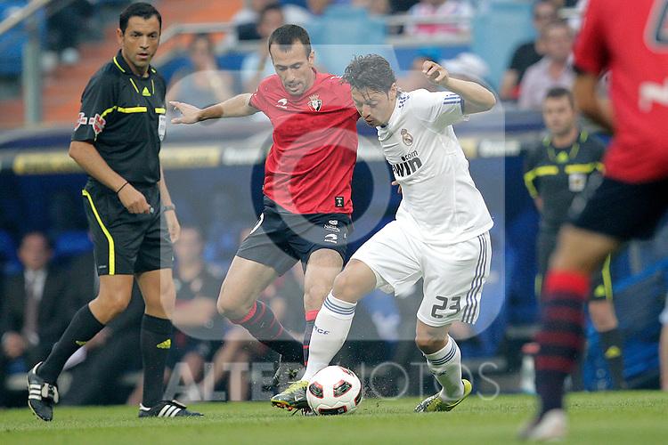 MADRID (11/(09/2010).- Spansih League match Real Madrid vs Osasuna. Mesut Ozil and Patxi Punal...Photo: Cesar Cebolla / ALFAQUI