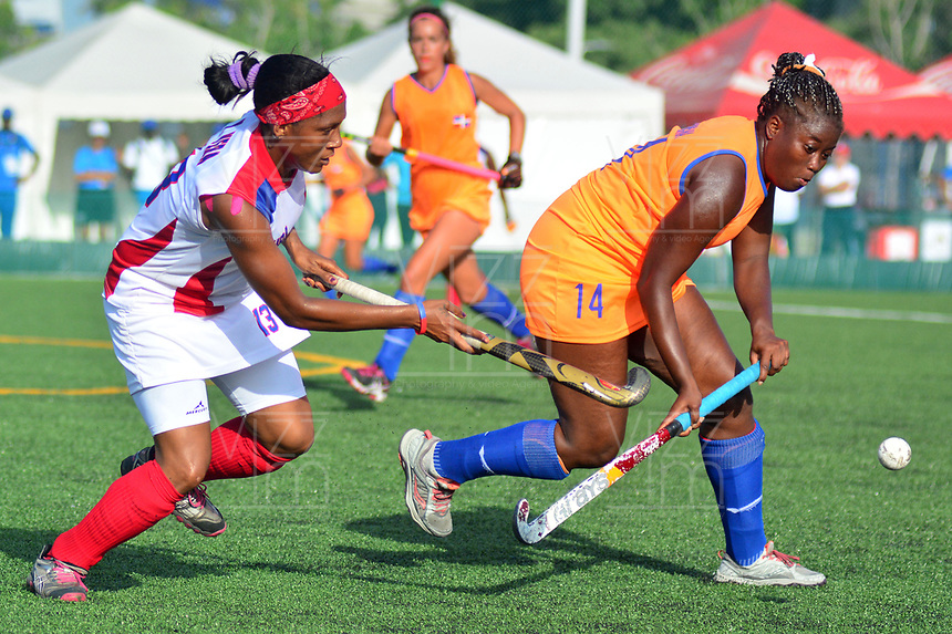 BARRANQUILLA - COLOMBIA, 24-07-2018: Yuraima Vera (Izq.) jugadora de Cuba, disputa la bola con Teresa de la Rosa (Der.) jugador de República Dominicana, durante el encuentro en la Unidad Deportiva Pibe Valderrama de la ciudad de Barranquilla, en Hockey sobre Césped Femenino de los Juegos Centroamericanos y del Caribe Barranquilla 2018. / Yuraima Vera (L) player of Cuba fights for the ball with Teresa de la Rosa (R) player of Republica Dominicaba, during amatch, in Women's Grass Hockey at Pibe Valderrama Sports Unit in Barranquilla city, of the Central American and Caribbean Sports Games Barranquilla 2018. Photo: VizzorImage / Alfonso Cervantes / Cont.