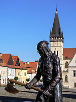 Bronze-Plastik Scharfrichter auf dem Marktplatz, Bardejov, Presovsky kraj, Slowakei, Europa, UNESCO-Weltkulturerbe<br /> Bronze sculpture of executioner on marketplace, Bardejov, Presovsky kraj, Slovakia, Europe, UNESCO-world heritage