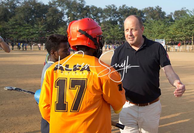 KHUNTI (Jharkhand) -  Finaledag Interschool Hockey League 2016. ONE MILLION HOCKEY LEGS  is een project , geïnitieerd door de Nederlandse- en Indiase overheid, met het doel om trainers en coaches op te leiden en  500.000 kinderen in India te laten hockeyen.  Ex international Floris Jan Bovelander   is een van de oprichters en het gezicht van OMHL. rechts mede oprichter   Rob van Nes. COPYRIGHT KOEN SUYK