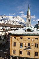 Europe/Italie/Vénétie/Dolomites/Cortina d'Ampezzo: Façade traditionnelle surle Corso  Italia, la Maison des Régles d' Ampezzo qui abrite les musées de la ville dans l'ancien hotel de ville, dont  les blasons représentent les différents quartiers de la ville, l'église et le Massif des Dolomites