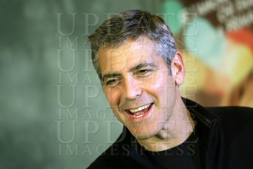 """L'attore statunitense George Clooney posa durante un photocall per la presentazione del film """"In amore niente regole"""" a Roma, 9 aprile 2008..U.S. actor George Clooney poses during a photocall for the presentation of the movie """"Leatherheads"""" in Rome, 9 april 2008..UPDATE IMAGES PRESS/Riccardo De Luca"""