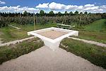 LEIDSCHE RIJN - Langs de woonwijk De Hoge Woerd in de perenboombaard zijn met graszoden en grint de contouren van een oude Romeinse badhuis weergegeven die nog onopgegraven in de grond ligt. Het badhuis is onderdeel van een Romeinse militaire nederzetting die nog grotendeels verstopt in de bodem zit, maar maar grondsonar in kaart is gebracht. Het complex wordt zaterdag feestelijk geopend tijdens de Open Monumentendag. ANP PHOTO COPYRIGHT TON BORSBOOM