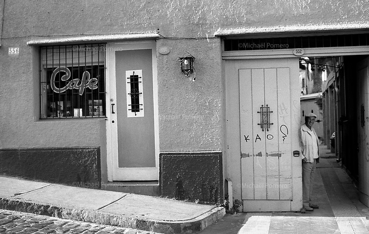 01.2010 Valparaiso(Chile)<br /> <br /> Homme devant sa porte.<br /> <br /> Man at the door